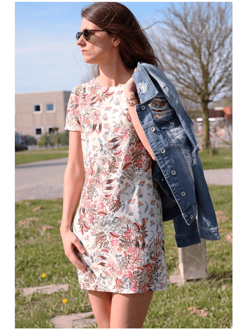8052887719f9e3 Korte rechte jurk met zomerse tekeningen